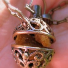 AROMATHERAPY LOCKET WITH AMBER SCENT