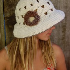 Summer hat with brown flower