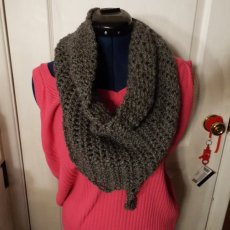 Crocheted Triangle Scarf in Gray with Sprakel.